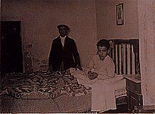 Enrique Montroig Mendoza junto a su hijo Juan, postrado en la cama debido a que estaba enfermo. (Fotografía época inédita 1935).
