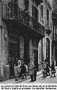 Curiosos frente al número 43 de la calle de Francisco Giner, en la barriada de Gracia, donde se producían los extraños fenómenos. Han pasado 64 años desde que se tomó esta foto. Si la comparamos con la actual fotografía a todo color –a la izquierda del grupo de tres– observaremos que apenas a cambiado la calle. (Fotografía época inédita 1935).