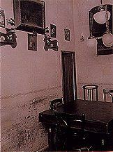 Otra vista del comedor encantado, foco principal de los fenómenos paranormales que acosaban a los Montroig. Sobre los dos aparadores de la pared se observan dos figuras decorativas de los entonces novedosos dibujos animados de Mickey Mouse que se caían constantemente al suelo. (Fotografía época inédita 1935).