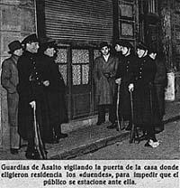 """Varios Guardias de Asalto vigilaban por la noche la casa misteriosa –elegida por los """"duendes"""" como residencia–, para impedir que el público se estacionase ante ella. (Fotografía época inédita 1935)."""