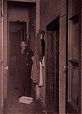 El hermano mayor, Isidro Montroig, en el pasillo encantado de la casa misteriosa de Gracia, donde volaban los objetos inexplicablemente. (Fotografía época inédita 1935).