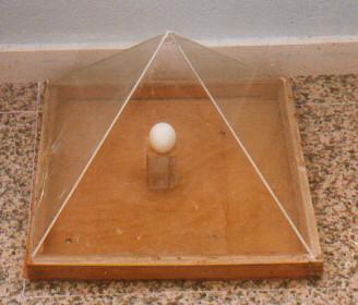 Pirámide con huevo dentro